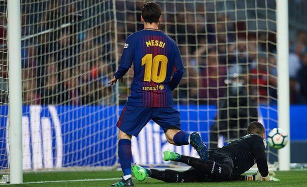 Leo Messi lirutti Barcelonan kolmannen maalin aivan avausjakson lopulla.