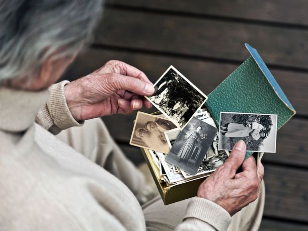 Alzheimerin taudissa sairastuneen on vaikea muistaa vastikään tapahtuneita asioita. Vanhat taidot ja asiat säilyvät pidempään.