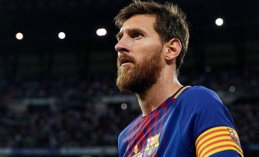 Lionel Messi panttaa nimikirjoitustaan. Nykyinen sopimus Barcelonan kanssa loppuu ensi kesänä.