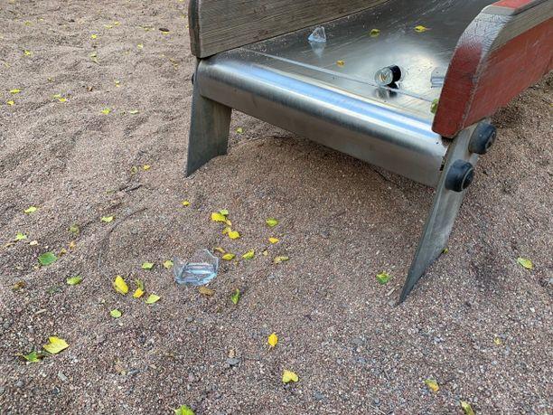 Liukumäen edustalle oli jätetty rikottu lasipullo.
