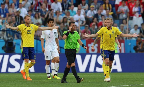 Erotuomari Joel Aguilar otti yhteyttä VAR-tuomareihin Etelä-Korean ja Ruotsin välisessä alkulohko-ottelussa.