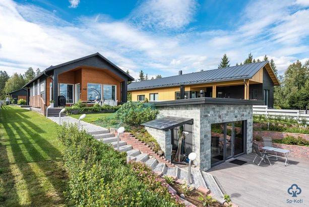 Tämä pihasauna on rakennettu fiksusti: se ei estä järvinäkymiä talon olohuoneesta.
