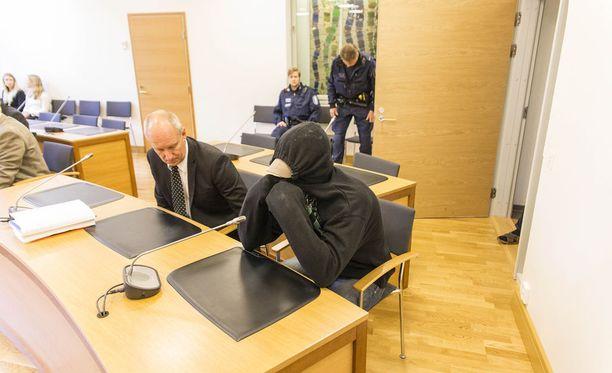 Epäilty peitteli kasvojaan lippalakin ja hupun avulla.