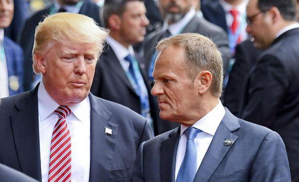 Donald Trump ja Donald Tusk keskustelemassa Italian Taorminassa G7-kokouksessa.