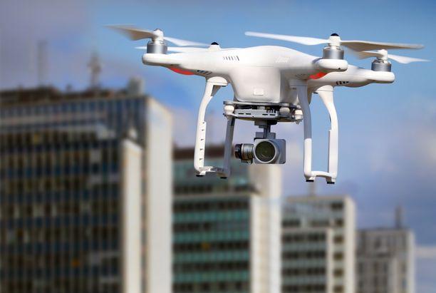 Dronet ovat puhuttaneet maailmalla. Muun muassa Saksan liittokansleri Angela Merkel on joutunut drone-iskun kohteeksi.