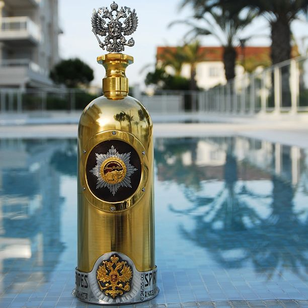 Pullon korkki on muotoiltu Venäjän keisarillisen kaksipäisen kotkan mukaan ja koristeltu timanteilla. Etiketissä on Russo-Baltique -autojen keulakoriste.