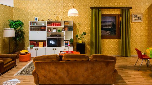 Ruskean sävyt hallitsevat 70-luvun olohuonetta.