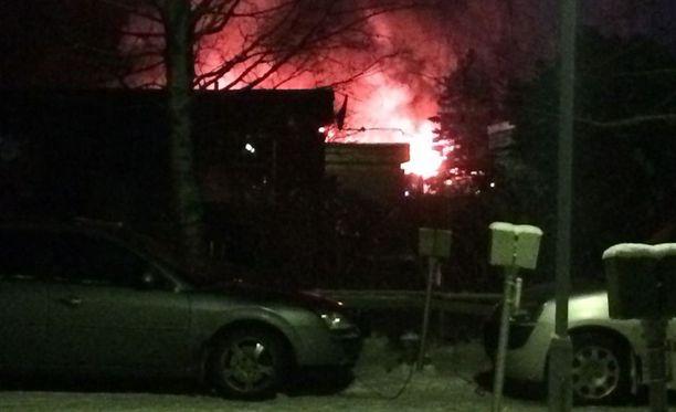 Iltalehden lukija otti tämän kuvan tulipalosta. Rivitalo on liekeissä Gumnäsintiellä.