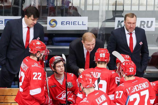 Vadim Epantshintshev (oikealla) sai potkut Spartakista. Aleksei Zhamnov (keskellä) otti vetovastuun, mutta hän ei myönnä olevansa päävalmentaja. Kuva vuodelta 2017.