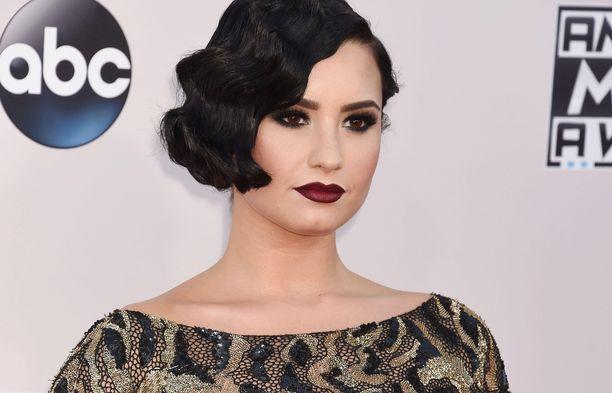 Demi Lovaton selkää koristaa uusi tatuointi.