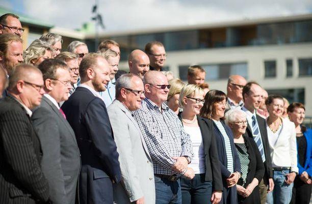 Perussuomalaisten kehitysapumalli syntyi eduskuntaryhmän piirissä. Kuvassa puolueen eduskuntaryhmä kesäkokouksessa Vantaalla.