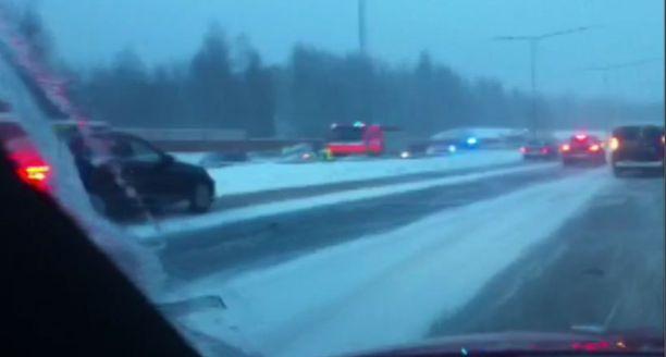 Kaatunut jakeluauto hidastaa liikennettä Tuusulanväylällä.