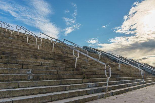 Satamassa nököttävä Linnahall rakennettiin kulttuuri- ja urheilukeskukseksi.