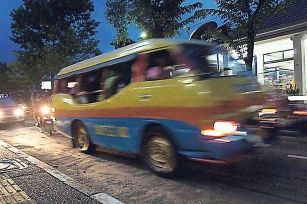 Balin julkinen liikenne koostuu linja-autoista ja pikkubusseista, bemoista. Auton ja kuskin varaaminen päiväksi onnistuu myös helposti.
