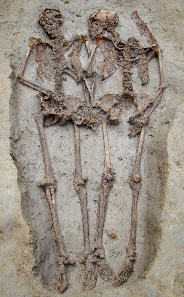 Myöhäisantiikin ajalta ei tunneta toista käsi kädessä haudattua paria, jotka olisivat kummatkin olleet samaa sukupuolta.