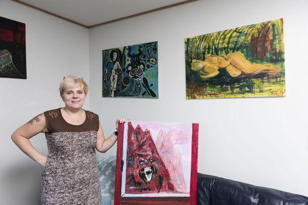 Nyt Annun harrastuksiin kuuluu maalaaminen.