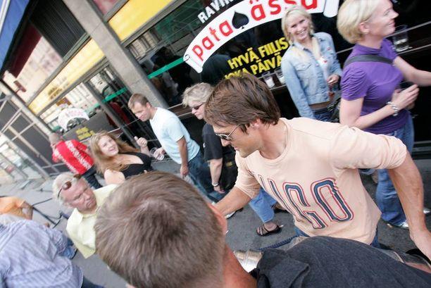 Teemu karaokebaari Pataässän edessä Helsingissä Stanley Cup -juhlien tuoksinnassa vuonna 2007.