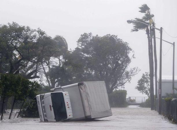 Myrskyn kumoama kuorma-auto Miamissa Floridassa sunnuntaina.