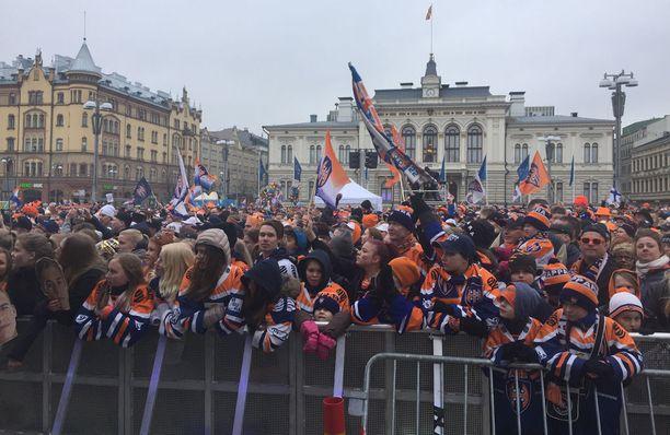 Aamulehden mukaan Keskutorilla oli jopa 20 000 juhlijaa.