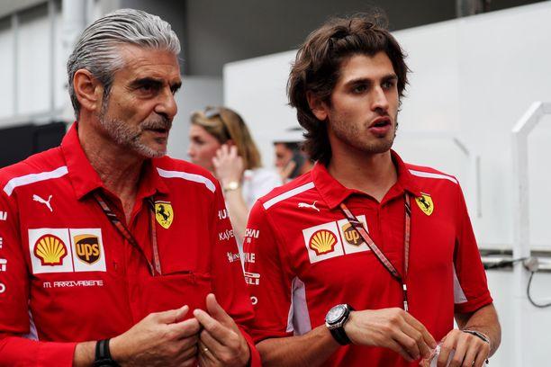 Maurizio Arrivabene (vas.) ja Antonio Giovinazzi juttelivat vajaat kaksi viikkoa sitten Singaporen GP:ssä.