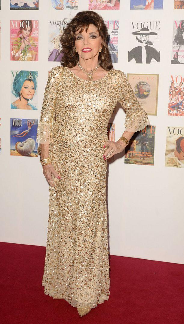 Joan Collins näytti upealta kimaltavassa kultaisessa mekossaan.