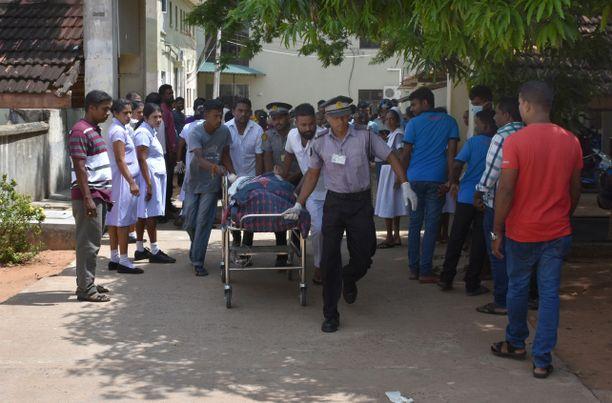 Sri Lankassa tapahtui sunnuntaina tuhoisia räjähdyksiä. Turun yliopiston tutkija Milla Vaha kertoo, että suhteet eri uskontoryhmien välillä ovat jatkuvasti kiristyneet.