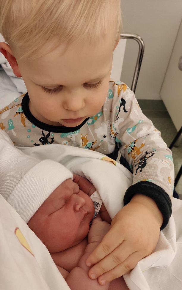 Kuva otettu 6. marraskuuta vauvan ollessa kymmenen tunnin ikäinen. Isoveli Eljas pääsi tutustumaan pikkusiskoonsa sairaalaassa.