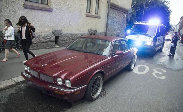 Mies ajoi jalankulkijoiden päälle Helsingin Lönnrotinkadulla. Tilanteessa kuoli yksi sivullinen.