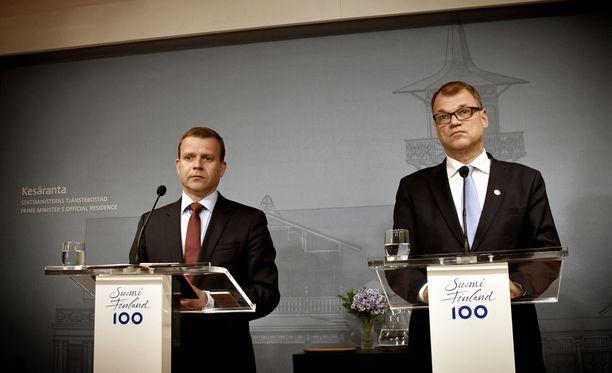 Valtiovarainministeri Petteri Orpo (kok) ja pääministeri Juha Sipilä (kesk) selittivät vakavina pääministerin virka-asunnossa Kesärannassa, miksi yhteistyö Jussi Halla-ahon johtaman perussuomalaisten kanssa ei voinut jatkua.
