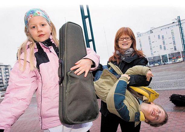 Lilli Earlin lapsilla on paljon harrastuksia. Tässä Lilli ja Jack ovat hakemassa Emilietä Helsingin konservatoriolta viulutunnilta.