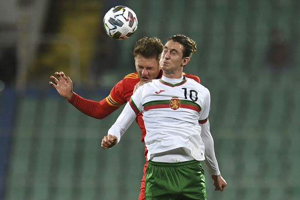 Wales (Joe Rodon) vieraili keskiviikkoiltana Bulgariassa (Bozhidar Kraev).