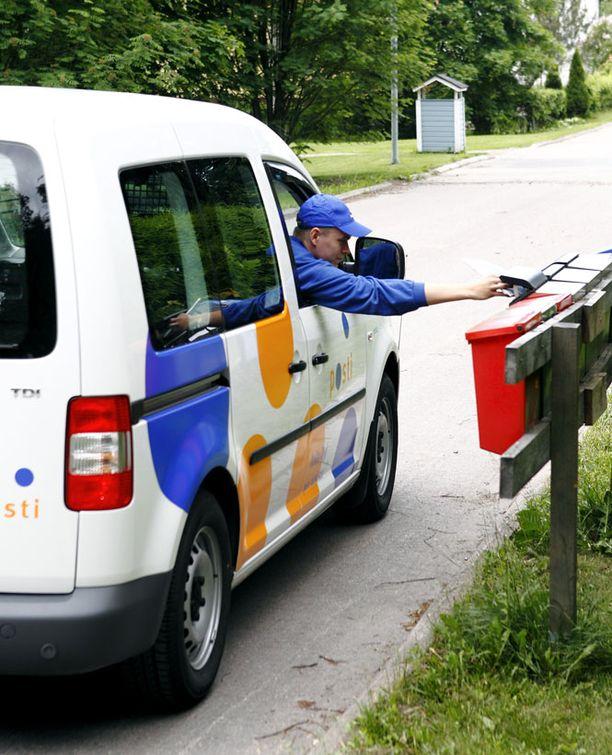 Vanhat postiautot vaihtuvat uusiin sähköautoihin.