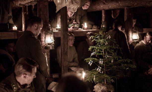 Rintamallakin vietettiin joulua sodasta huolimatta. Kuvassa Tuntematon sotilas -elokuvassa nähtävät sotilaat herkistyvät taistelujen keskellä joulun sanoman äärellä.