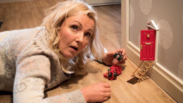 Mari Perankoski esittää Maria Månssonia, joka lähipiiri ei ymmärrä näin 1. joulukuuta käynnistyvää jouluhulluutta.