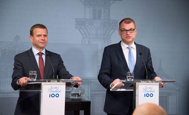 Petteri Orpo ja Juha Sipilä puhuivat maanantaina alkuillasta toimittajilel Kesärannassa.