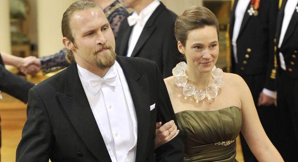 Palefacen eli Karri Miettisen puolison Isabella Sirénin pallokaulakoru on trendikäs ja näyttävä. Mutta mahtaa painaa paljon!