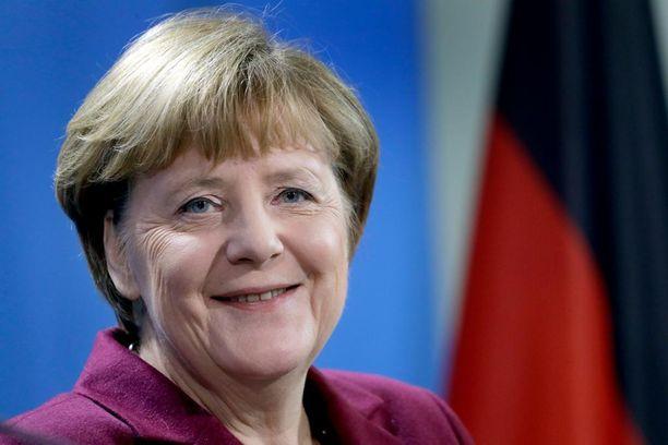 Angela Merkel on pitänyt kiinni linjastaan, vaikka jopa jotkut hänen liittolaisistaan ovat kritisoineet häntä.
