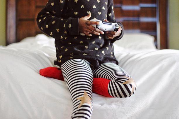Vanhempien on hyvä huolehtia siitä, että lapsi pitää taukoja pelaamisen ja mobiililaitteen käytön välissä.