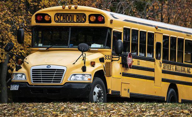 Koulubussi ajoi valtatietä melkoista vauhtia, kun kuljettaja sai sairauskohtauksen. Arkistokuva.