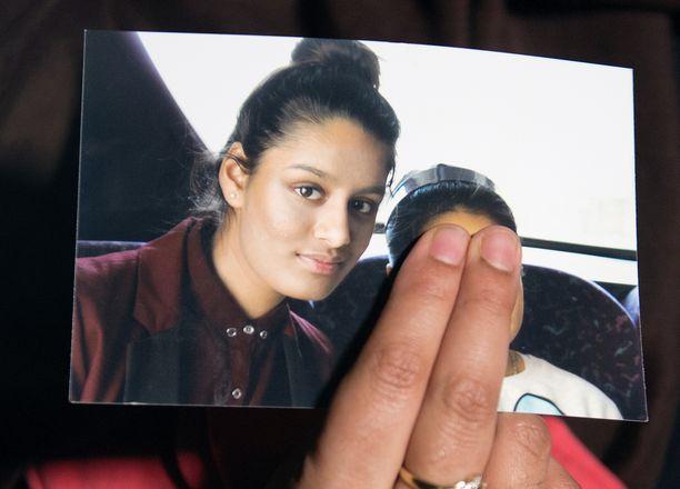 Renu Begum pitelee hänen sisartaan Shamima Begumia esittävää kuvaa. Kuva on otettu helmikuussa 2015, jolloin Renu aneli juuri Syyriaan karannutta siskoaan palaamaan kotiin.