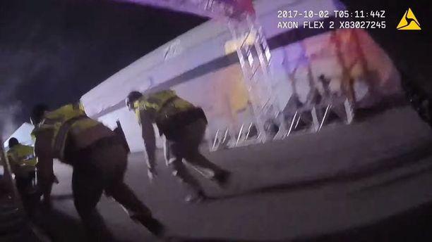 Poliisitoimintaa ammuskelun ollessa vielä käynnissä Las Vegasissa sunnuntaina 1. lokakuuta.