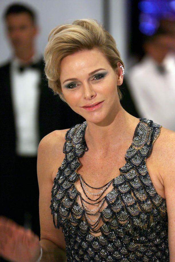 Charlenen tyylin kruunasivat asuun sointuva meikki, kampaus ja kimaltavat korvakorut.