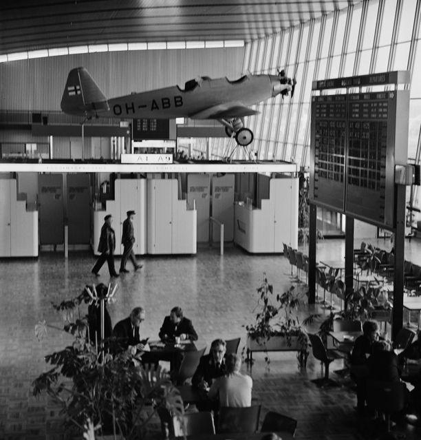 Helsinki-Vantaan matkustajaterminaalin sisätiloja vuonna 1977. Tuona vuonna aseman nimi muutettiin virallisesti Helsinki-Vantaan lentosemaksi.