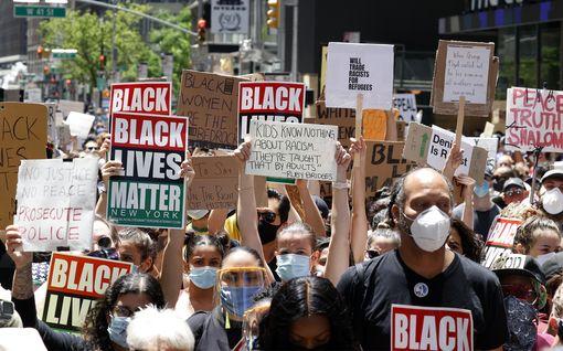 Rauhallisten mielenosoitusten jälkeen suurkaupungit purkavat turvatoimia USA:ssa