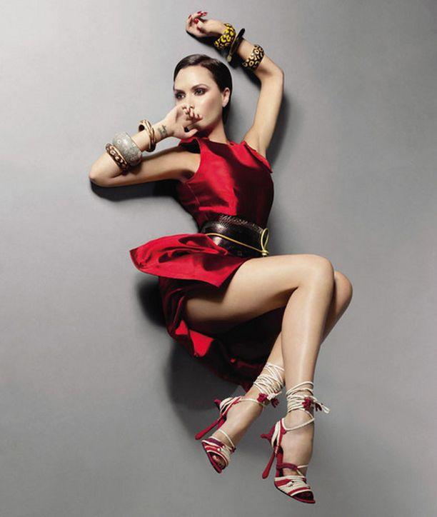 Victoria esittelee omaa mallistoaan Voguessa.