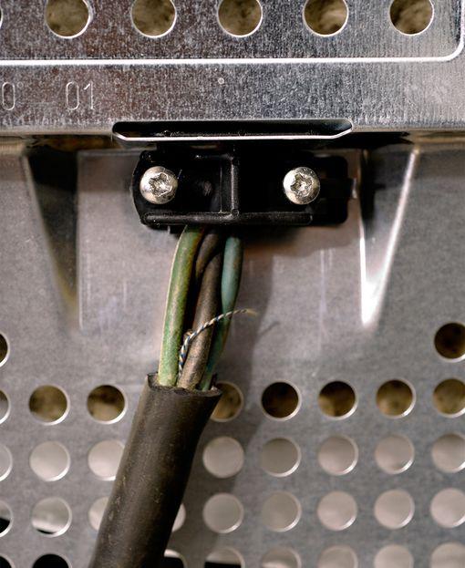 Liitäntäjohto on irronnut laitteen vedonpoistokiinnikkeestä (nippa), jolloin johtimet saattavat irrota liittimistään laitteen sisällä.