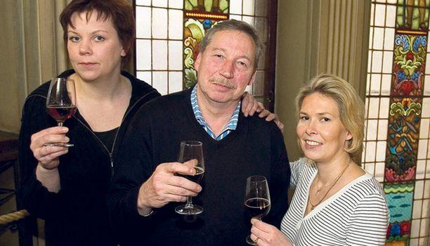 TESTIRAATI Tummia oluita maistelivat baarimestari Tanja Raunio, kirjailija Jukka Parkkinen sekä keikkamyyjä Krista Westerlund.