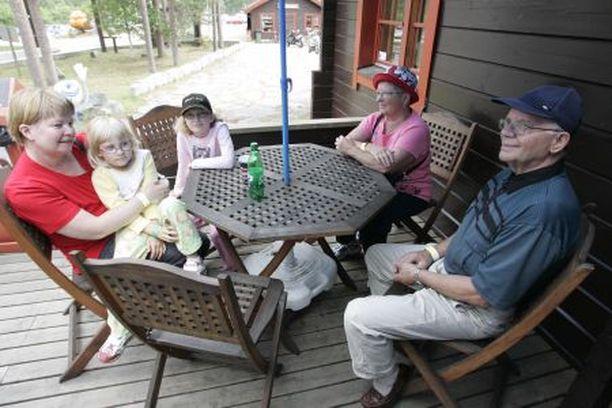 Tarja, Hannele ja Heidi Iso-Seppälä sekä Suoma ja Kalevi Poikola ovat tyytyväisiä Ranuan eläinpuiston toimivuuteen.
