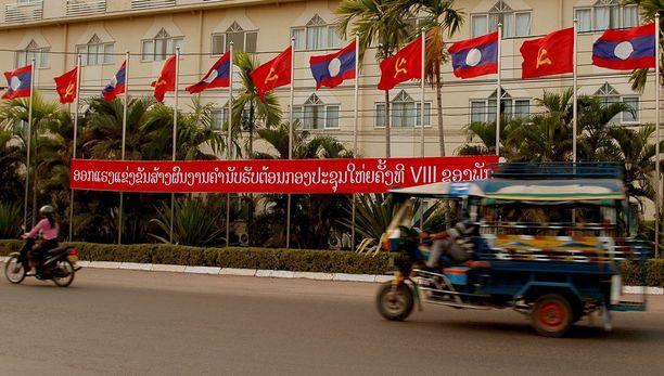 Vientianessa sirpillä ja vasaralla varustetut punaliput ovat Laosin oman lipun ohella yleinen näky.