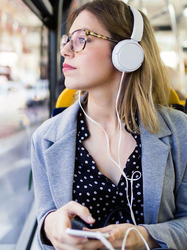 Kun korvillasi on kuulokkeet, säädä äänenvoimakkuus sellaiseksi, ettei siitä ole haittaa korvillesi. Julkisissa kulkuvälineissä tasoa tulee helposti nostaneeksi.